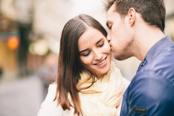 How to kiss your girlfriend romantically